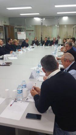 miembros en la mesa de reunión con participantes en el estudio de turismo rural y natural de la región