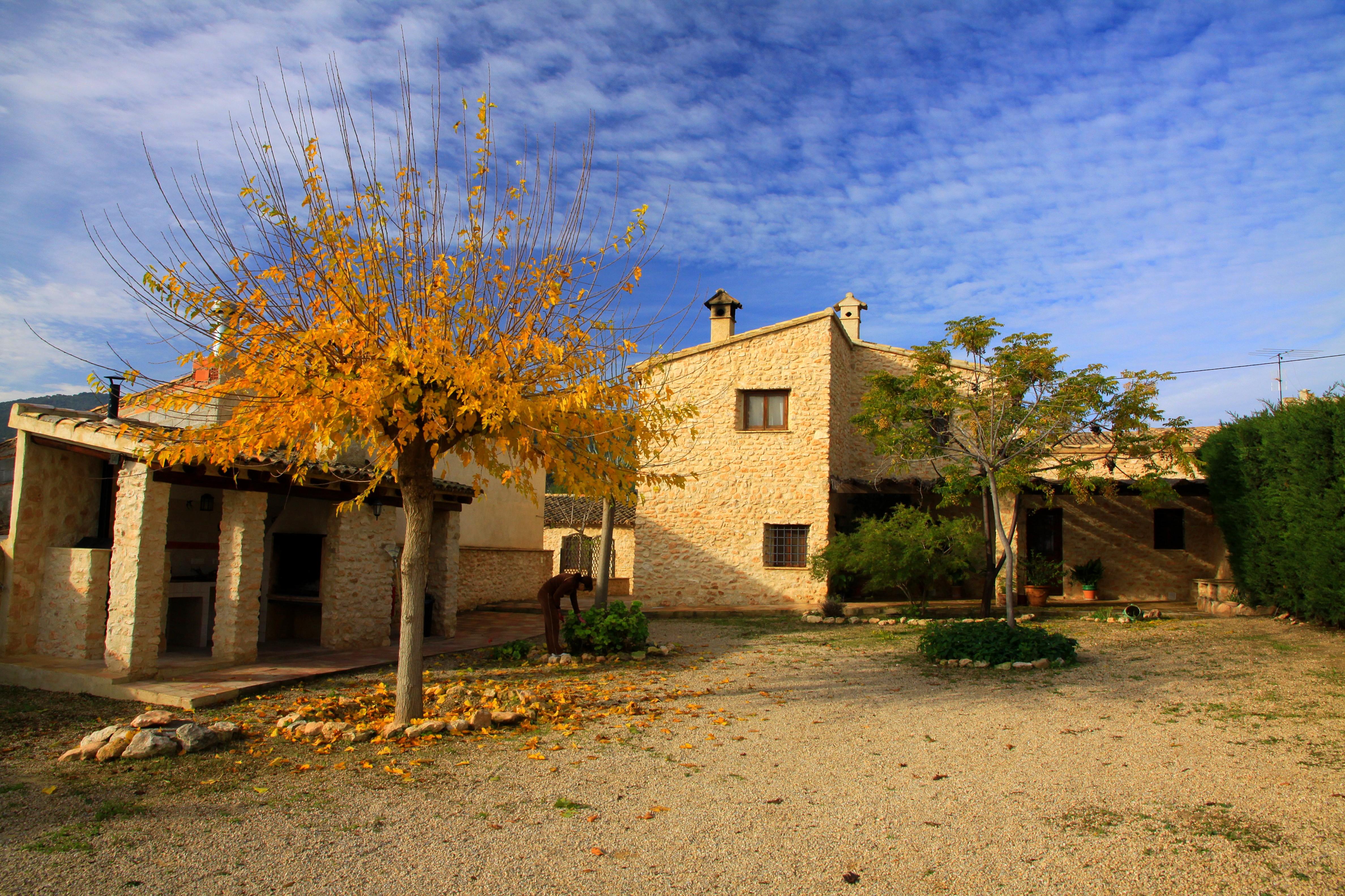 jardín y exterior de una vivienda rural