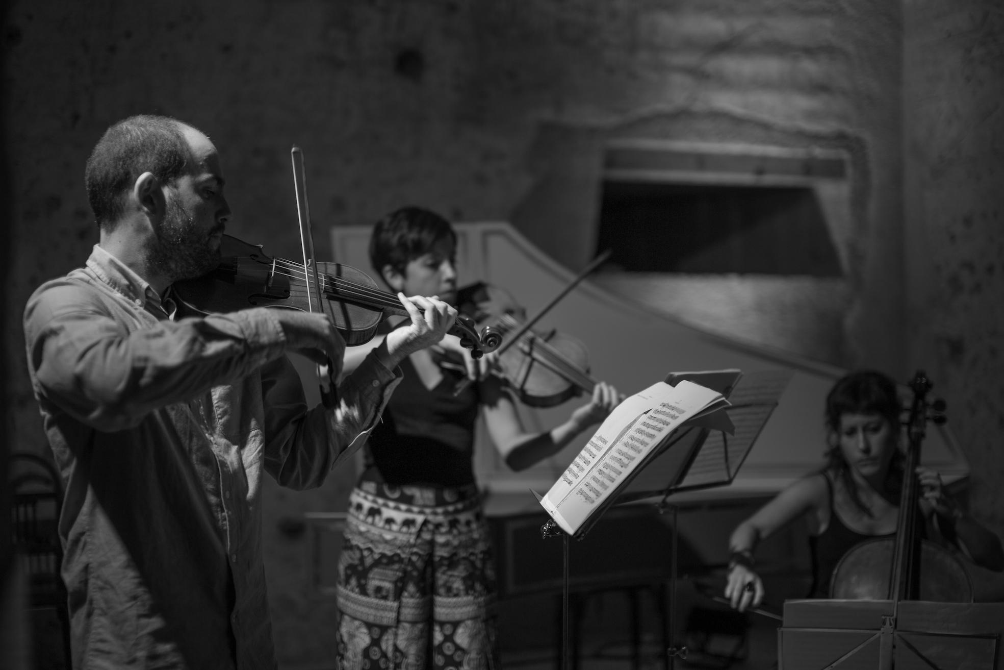 mujer tocando violín en evento en territorio sierra espuña