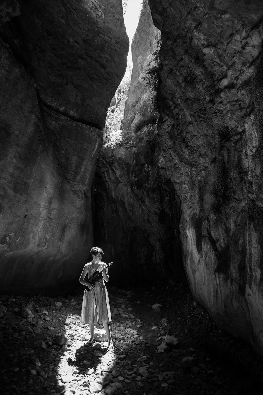 mujer en cuevas de territorio sierra espuña